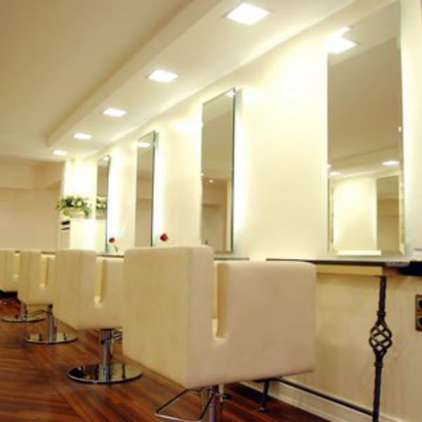 Das richtige Geschenk für Freundin in der MAHNAZ Hair & Beauty Galerie finden